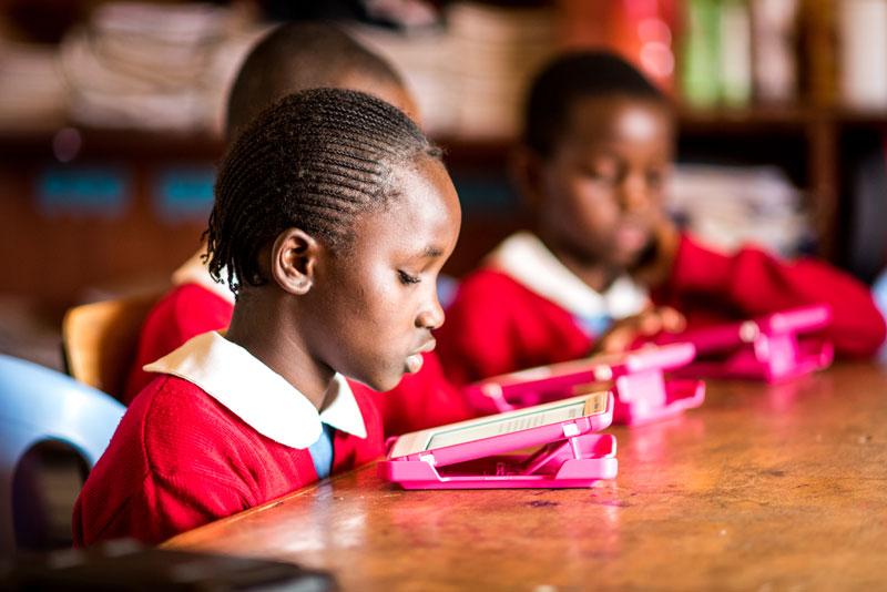 Kibera-girl-e-reader-worldreader